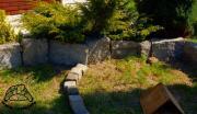 Fragment ogrodzenia wybiegu z dużych kamieni